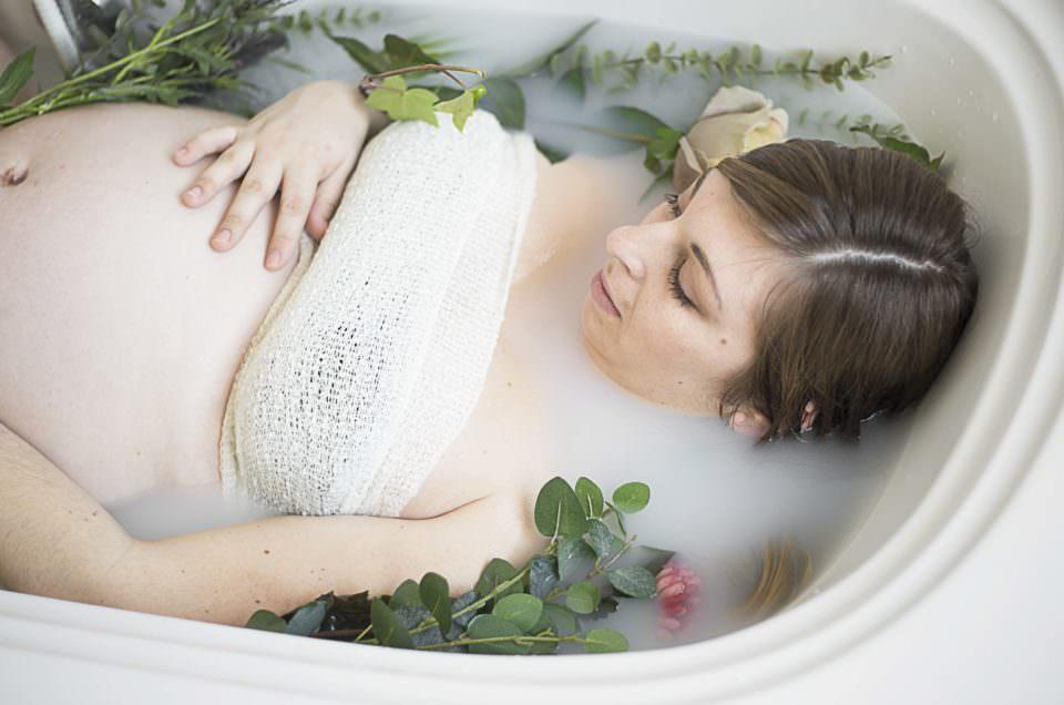 Séance grossesse dans un bain de lait